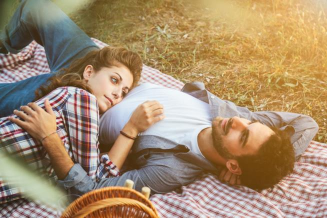 Una donna è sdraiata sul prato con il proprio fidanzato