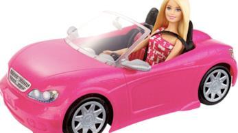 Barbie sulla sua macchina rosa