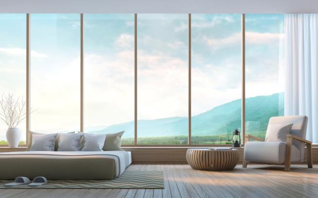 Camera da letto con una grande vetrata
