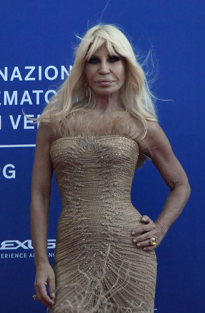 Vestiti Di Donatella Versace ~ Donatella trionfa come fashion icon ai awards 219bef6ce0c