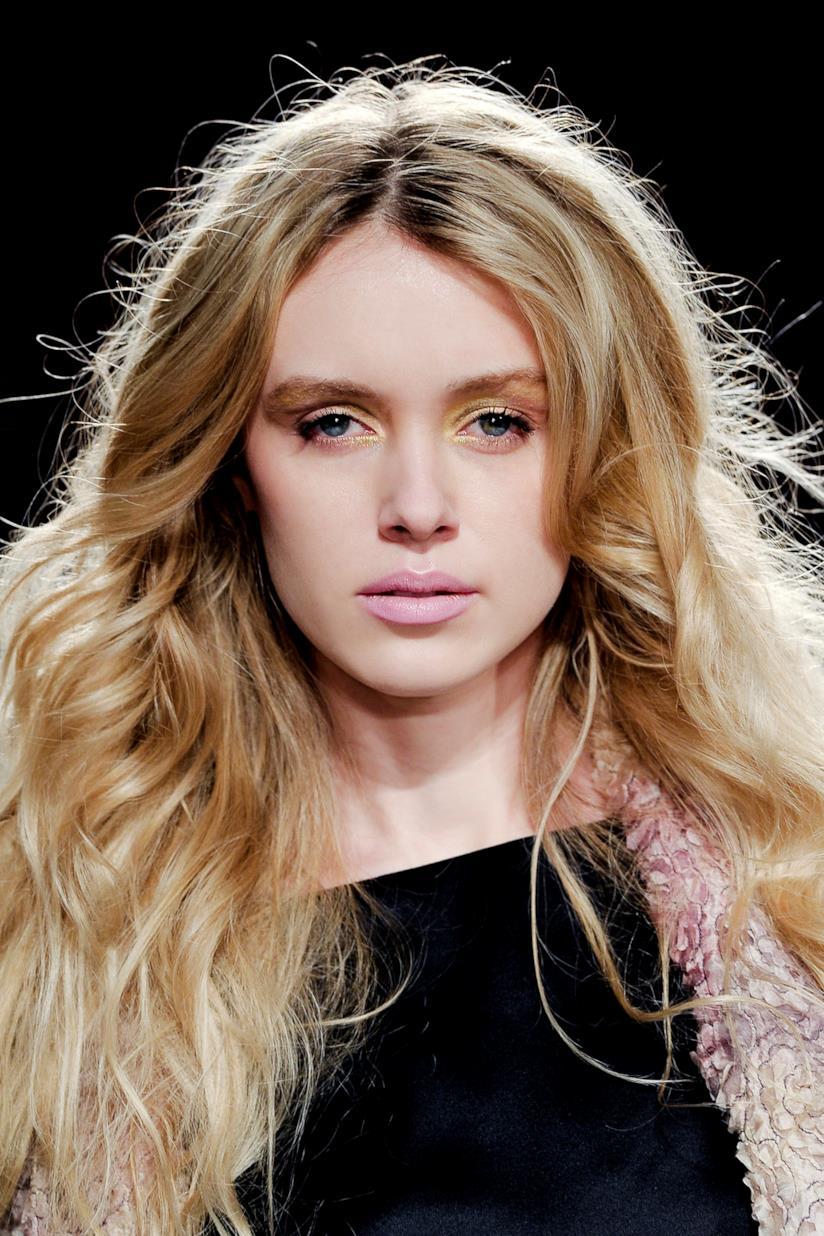 Modella con capelli mossi