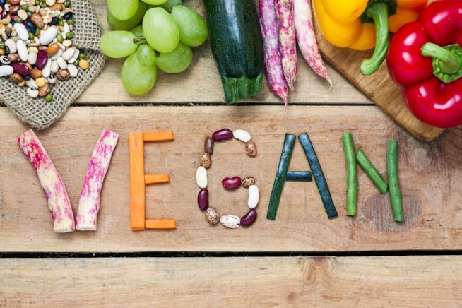 Scritta Vegan realizzata con della verdura