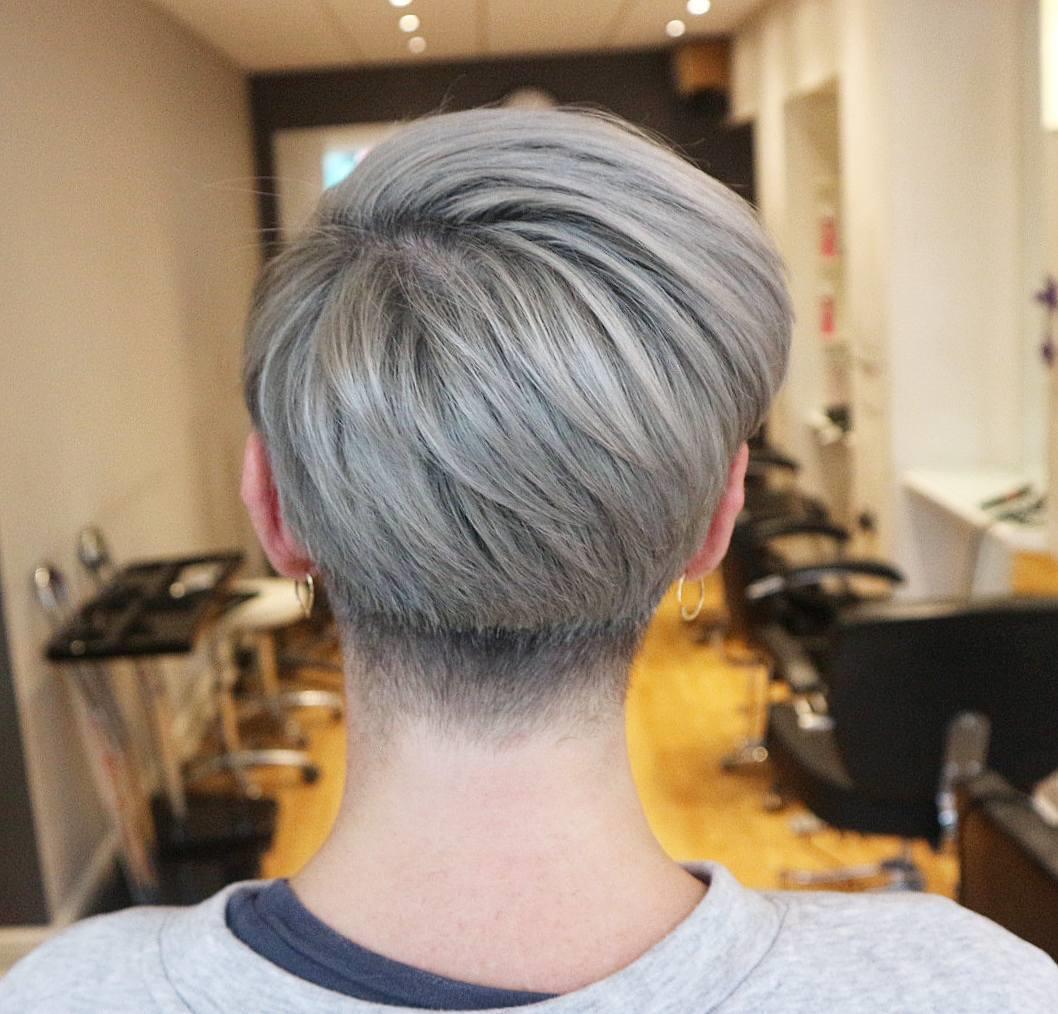 Capelli grigi - Carbone e Lavanda. Taglio pixie cut nel color Silver c82a05dd7d43