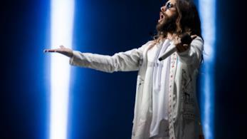 Jared Leto con indosso abiti Gucci in concerto a Roma