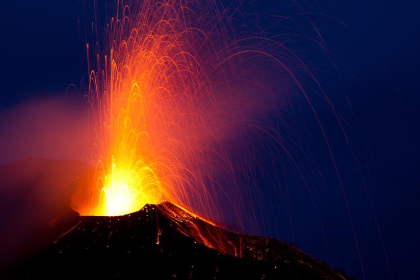 Eruzione notturna del vulcano di Stromboli