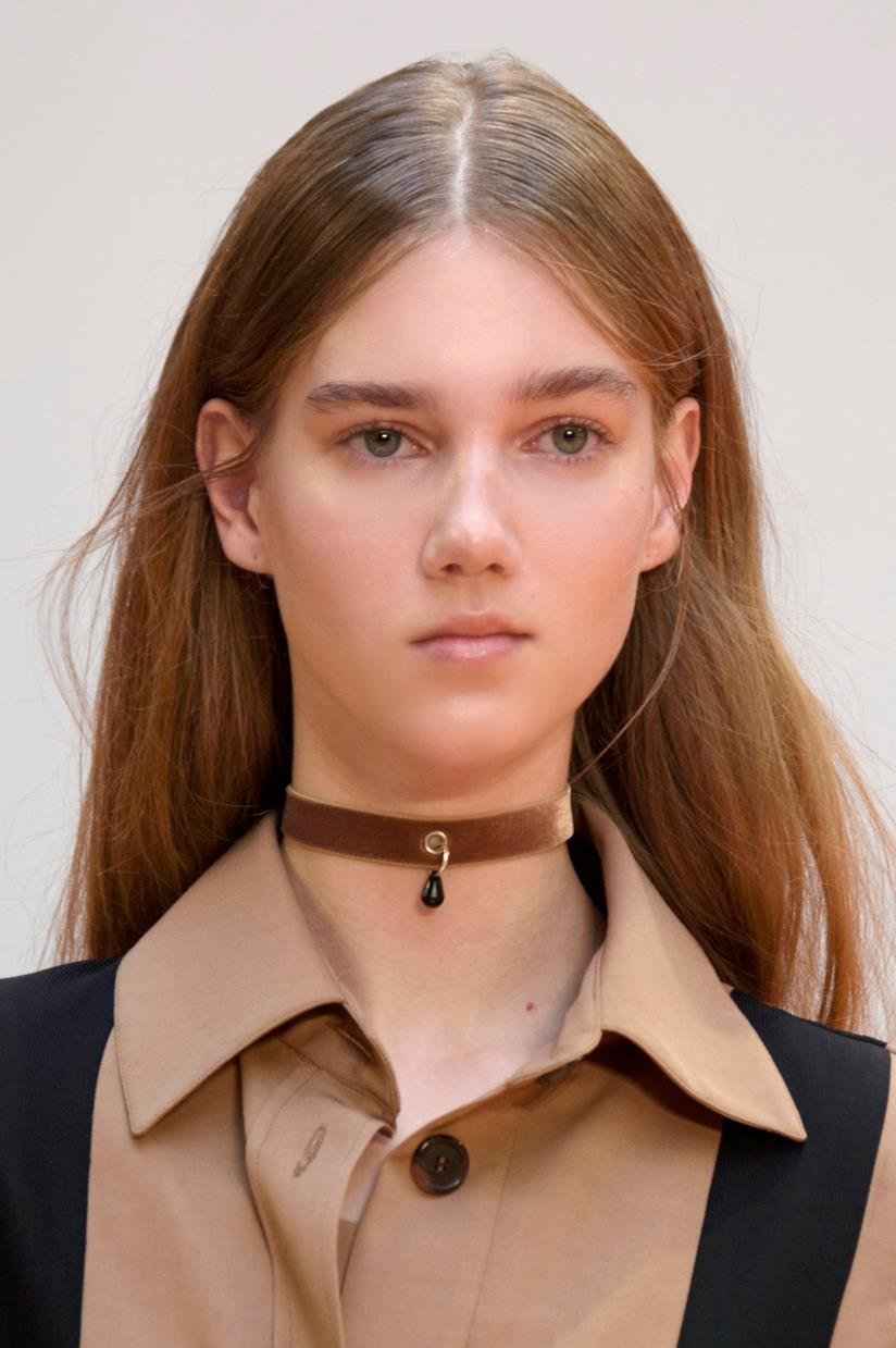 Modella con capelli lunghi e lisci