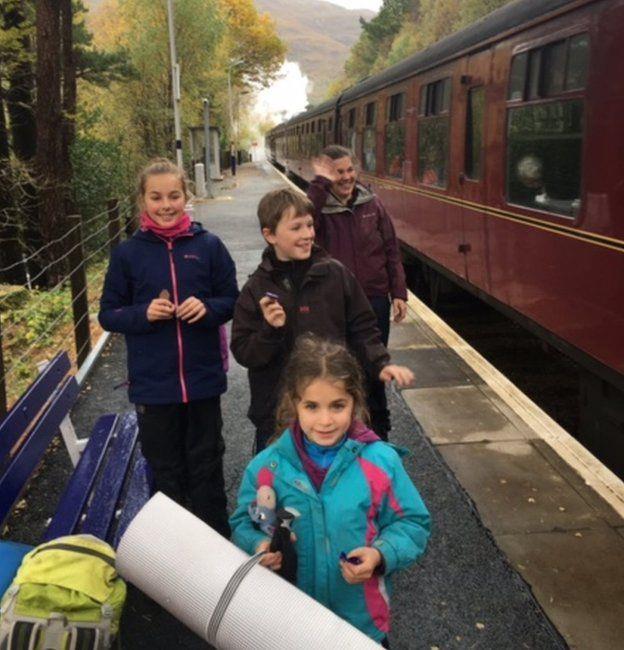 I figli dei Cluett sorridenti vicino al treno Jacobite