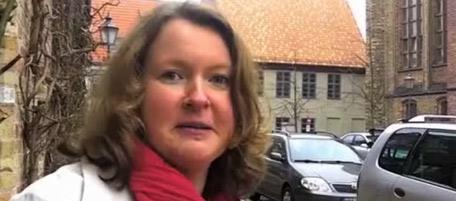 Primo piano di Karin Vogel, con una sciarpa rossa