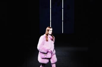Modella sulla passerella indossa una pelliccia rosa