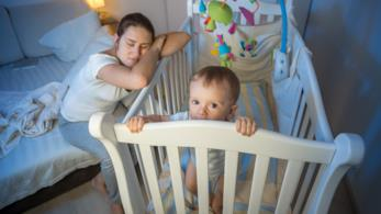 Bimbo sveglio con mamma che dorme