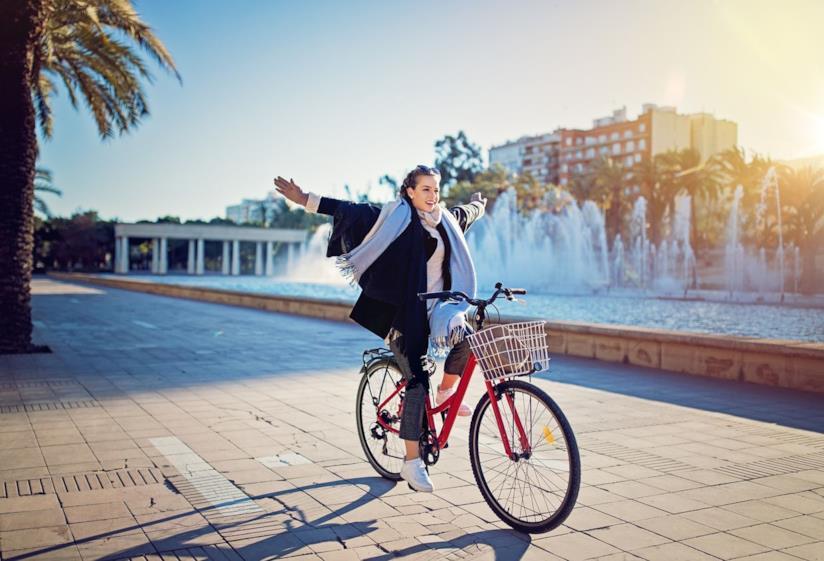 Donna che va in bicicletta
