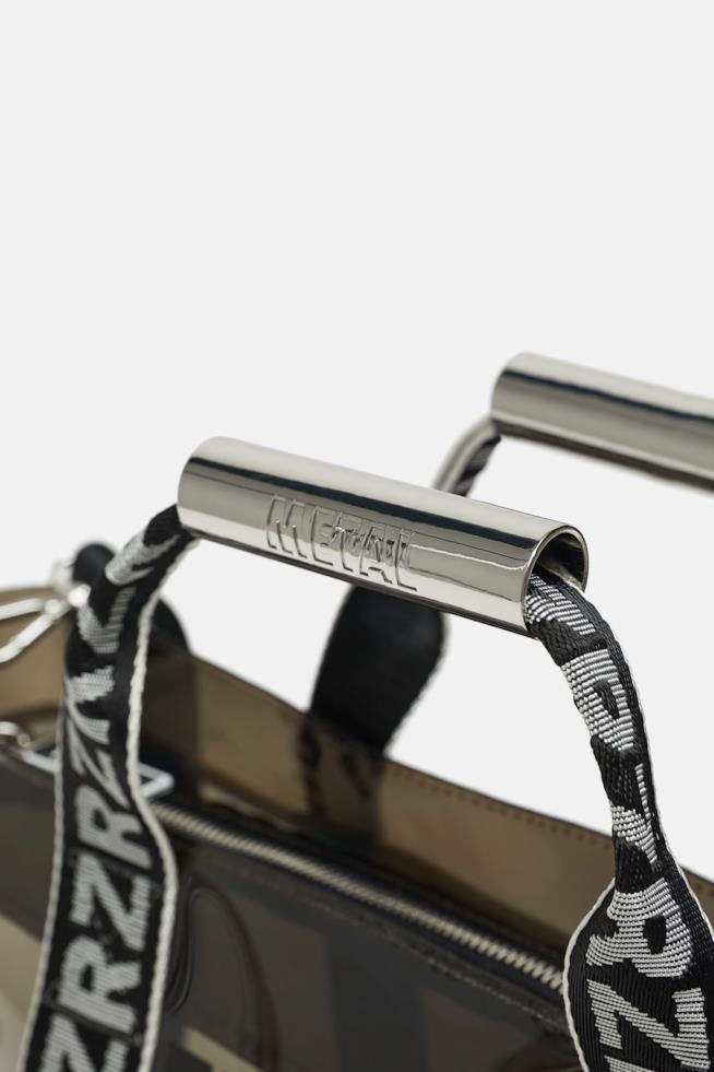 Il dettaglio del manico in metallo della borsa shopper di Zara