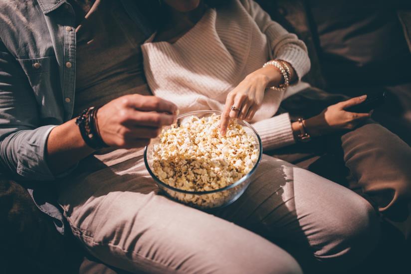 Coppia mangia i popcorn a casa