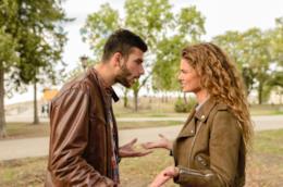 Un uomo e una donna discutono