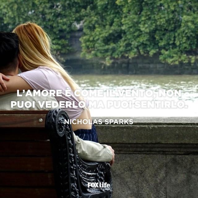 Ragazza accoccolata in braccio al fidanzato
