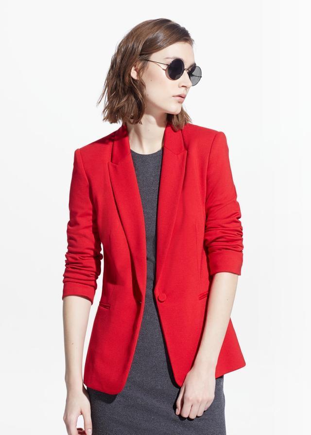 Ragazza che indossa una giacca rossa in stile Beverly Hills 90210