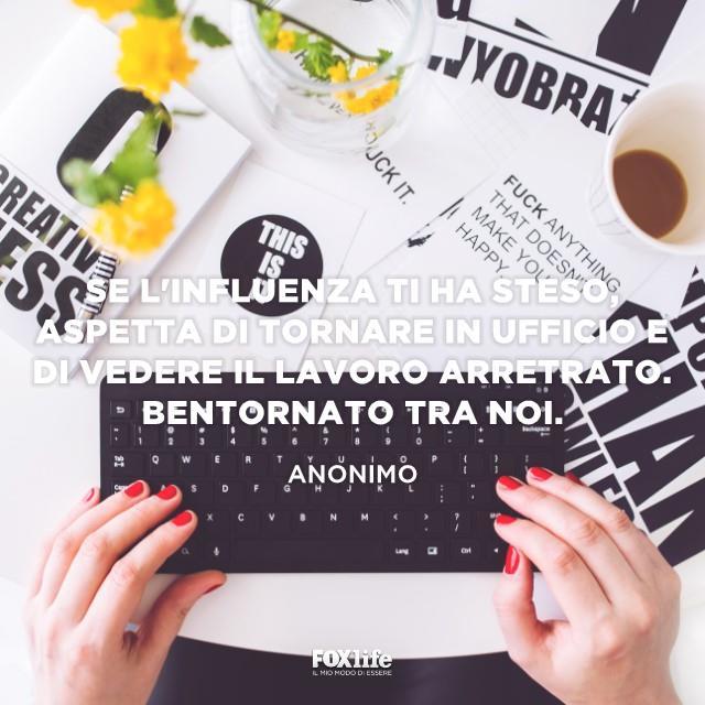 Dettaglio di mani di donna che scrivono al PC