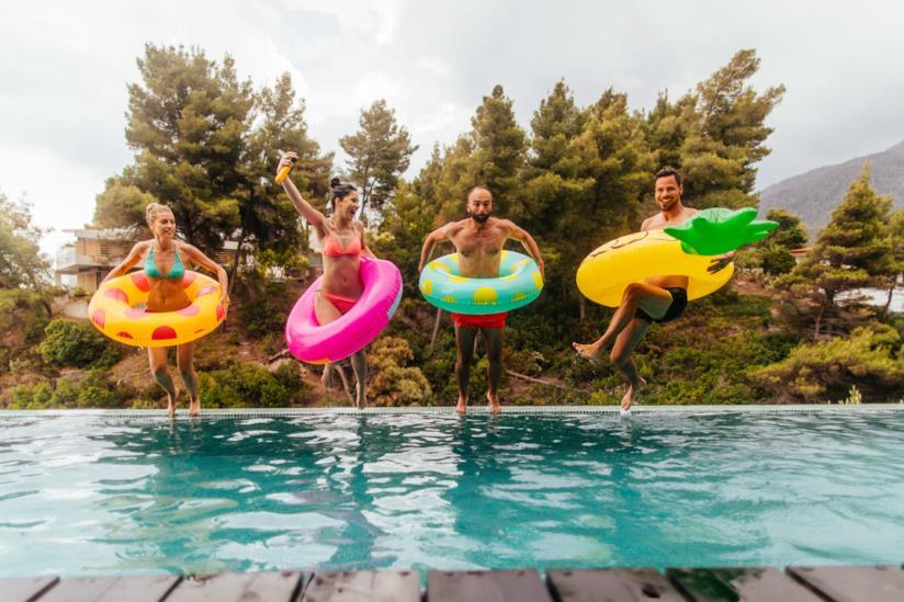 Gruppo di ragazzi che si tuffa in piscina