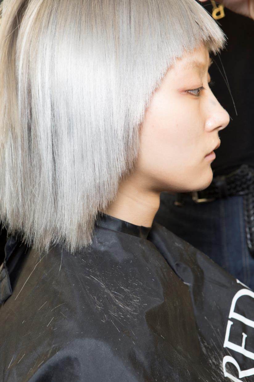 Un hairstyle biondo su un taglio medio