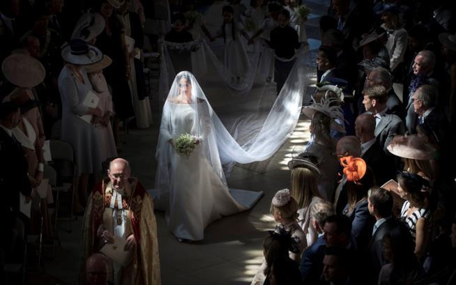 Meghan Markle sposa sfila lungo la navata