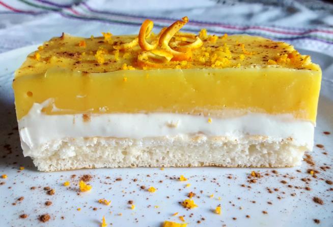 Fetta di dolce con crema bianca e gialla