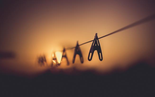 Mollette appese a un filo al tramonto