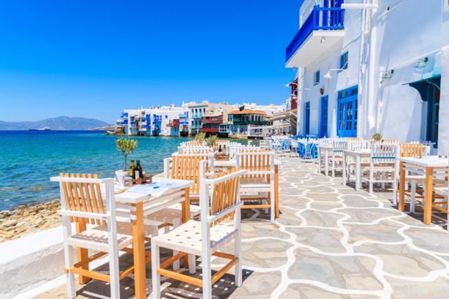 Una taverna in riva al mare nelle Piccole Cicladi.