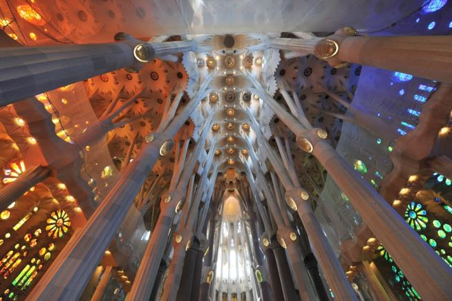 Scorcio interno delle architetture moderniste della Sagrada Familia