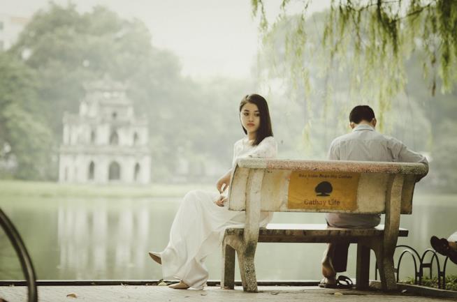 Un uomo e una donna seduti su una panchina.