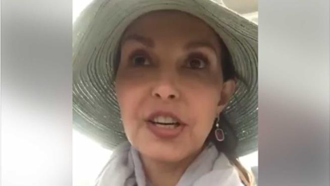 Ashley Judd in un momento della diretta su Facebook