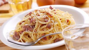 Spaghetti alla carbonara con uovo e guanciale