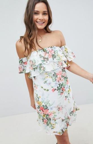 Vestito a fiori con spalle scoperte e balze