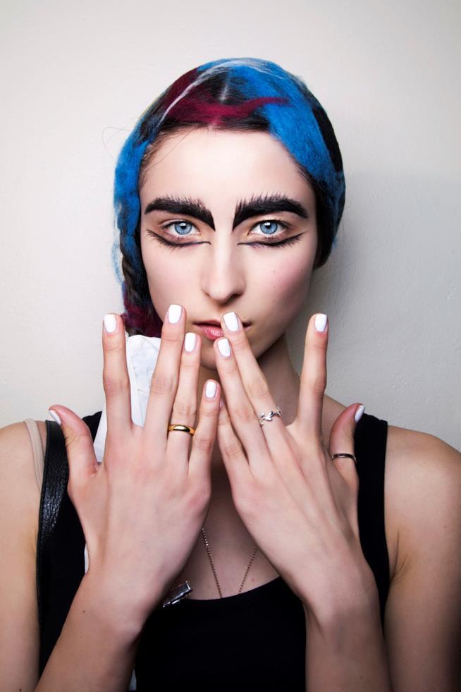 Nail art semplice con unghie bianche