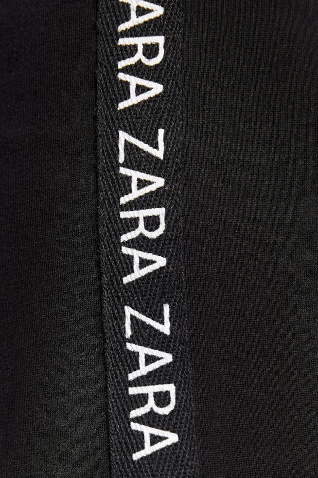Dettaglio Leggings Zara con fascia stampa brand in 68% viscosa, 28% poliammide, 4% elastan