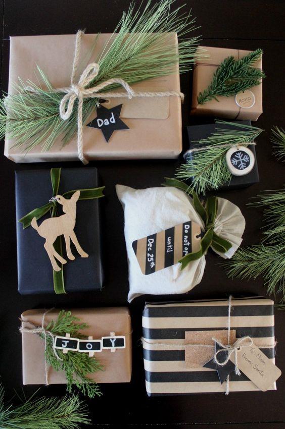 Pacchetti di Natale decorati con rami di pino