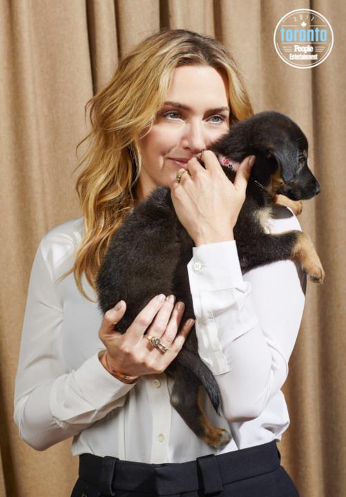 Kate WInslet tiene un cucciolo in braccio