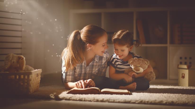 Una madre legge una favola alla figlia