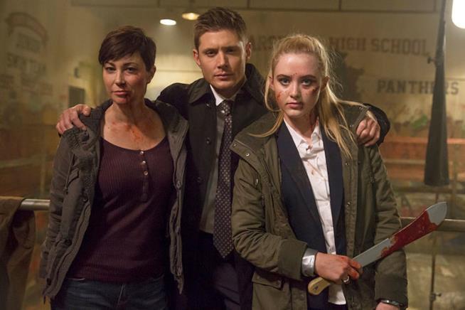L'agente Mills, Dean Winchester e Claire con fare minaccioso