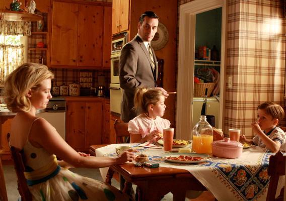 La famiglia Draper in cucina