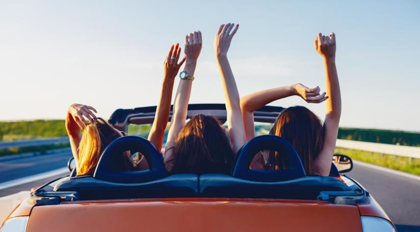 Delle ragazze in macchina.