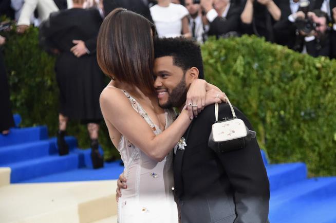 L'abbraccio di Selena Gomez e The Weeknd al MET Gala