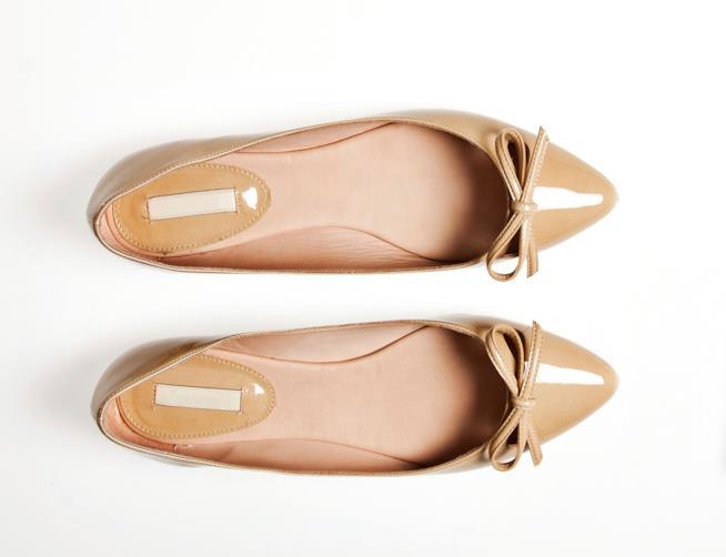 Un paio di scarpe ballerine con fiocchetto