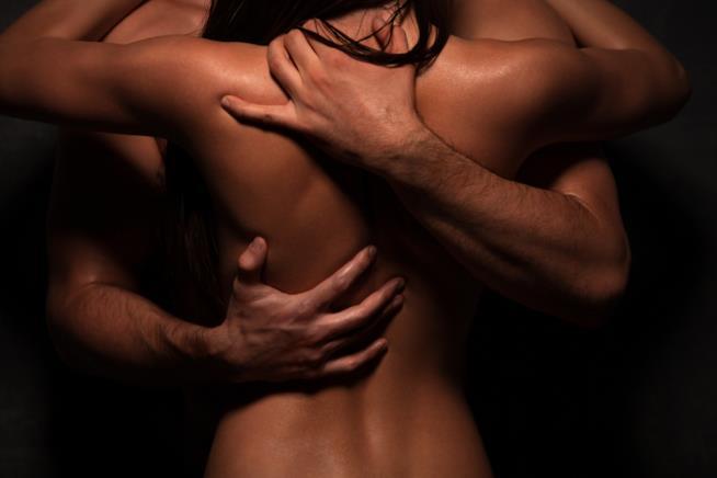 Due corpi nudi si abbracciano con passione