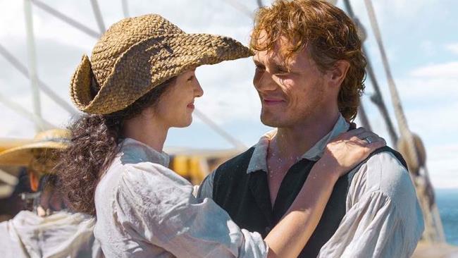 Claire sorride a Jamie tra le sue braccia