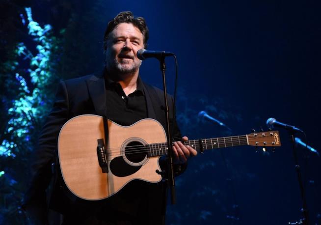 Russell Crowe sul palco in veste di musicista