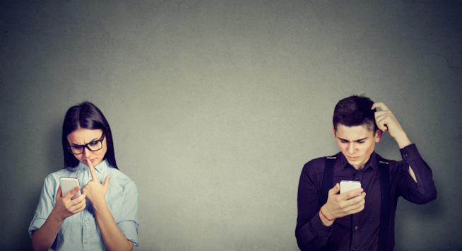 Uomo e donna chattano per conoscersi