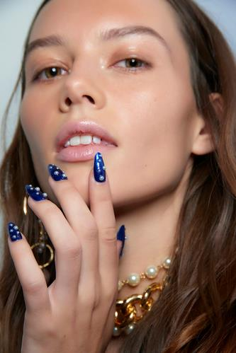 Nail art con pois blu