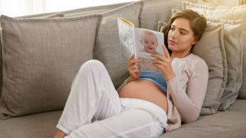 Donna incinta legge