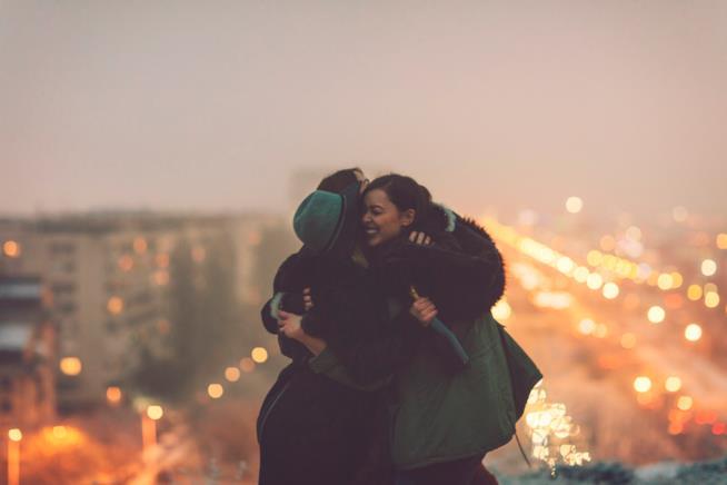 Tre ragazze si abbracciano su un belvedere