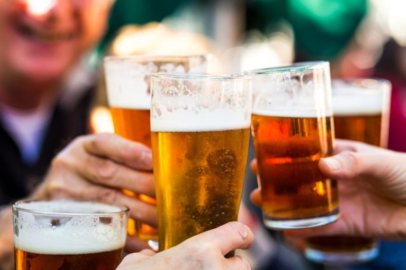 Bicchieri di birra in un brindisi